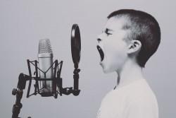 photo d'un enfant criant dans un micro