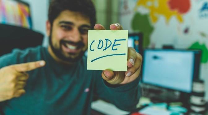 développeur avec un post-it code