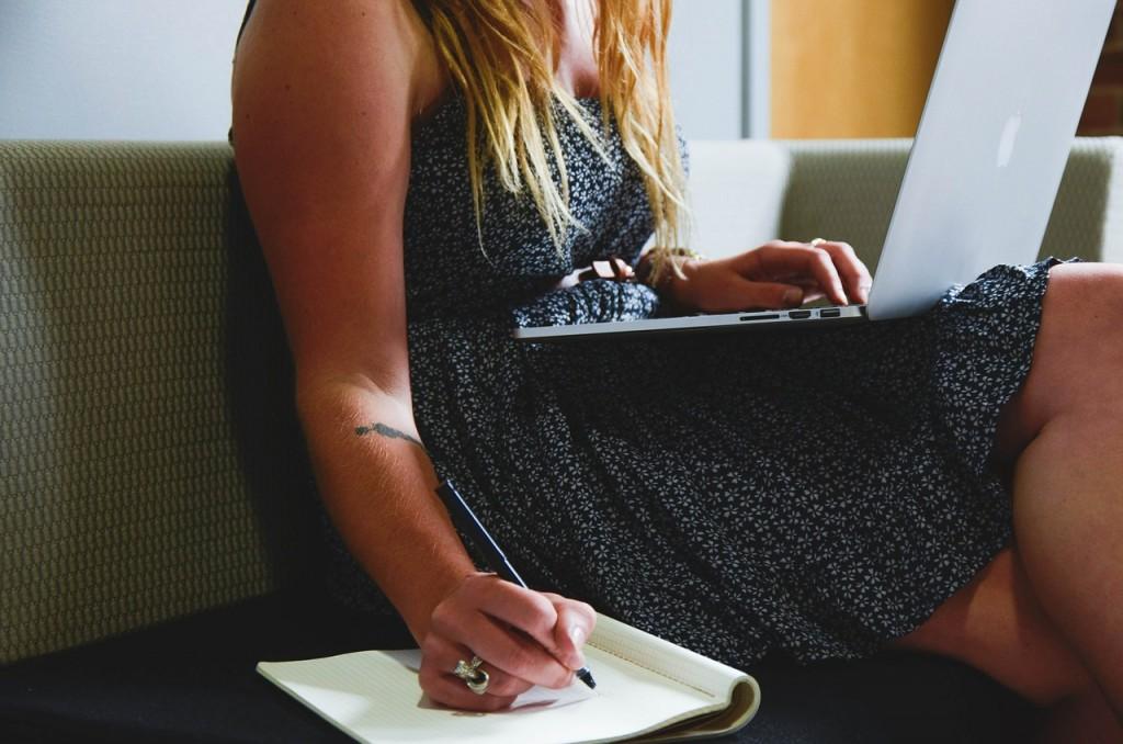 Photo femme sur ordinateur prend des notes